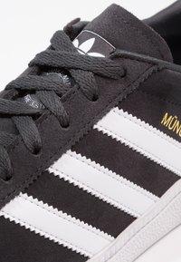 adidas Originals - MÜNCHEN - Zapatillas - carbon/footwear white/gold metallic - 5