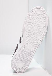 adidas Originals - MÜNCHEN - Zapatillas - carbon/footwear white/gold metallic - 4