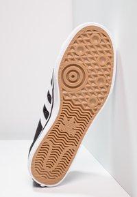 adidas Originals - NIZZA - Sneakersy niskie - cblack/ftwwht/ftwwht - 4