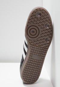 adidas Originals - SAMBA - Tenisky - cblack/ftwwht/gum5 - 4