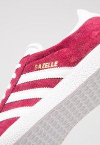adidas Originals - GAZELLE - Sneaker low - cburgu/ftwwht/ftwwht - 5