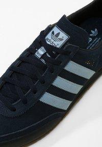 adidas Originals - JEANS - Sneaker low - conavy/ashblue/gum - 5