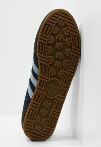 adidas Originals - JEANS - Sneaker low - conavy/ashblue/gum - 4