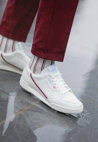 adidas Originals - CONTINENTAL 80 - Matalavartiset tennarit - white tint/offwhite/scarlet - 7