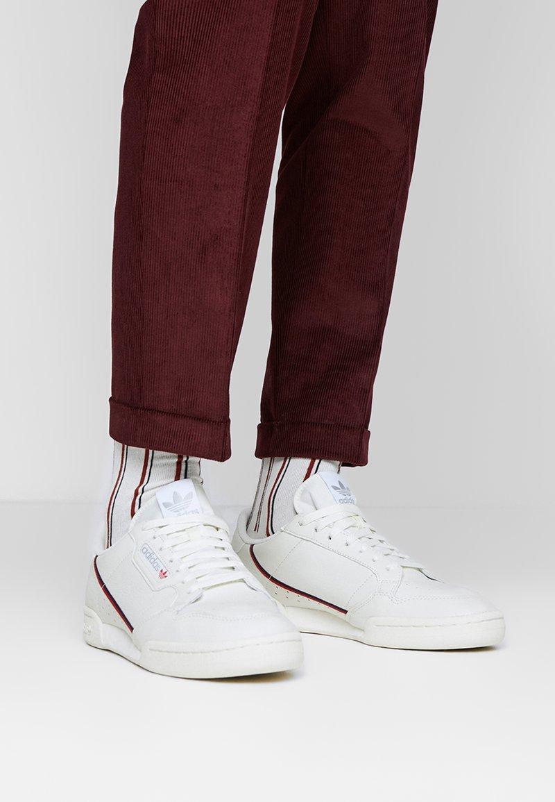 adidas Originals - CONTINENTAL 80 - Matalavartiset tennarit - white tint/offwhite/scarlet