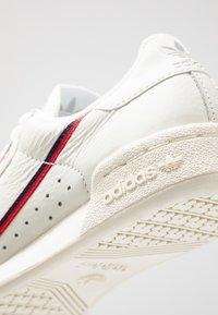 adidas Originals - CONTINENTAL 80 - Matalavartiset tennarit - white tint/offwhite/scarlet - 8