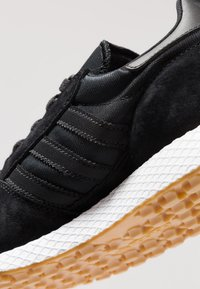 adidas Originals - FOREST GROVE - Sneakers basse - core black - 5