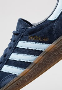 adidas Originals - HANDBALL SPEZIAL STREETWEAR-STYLE SHOES - Trainers - collegiate navy/clear sky - 5