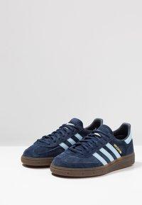 adidas Originals - HANDBALL SPEZIAL - Sneakers basse - collegiate navy/clear sky - 2