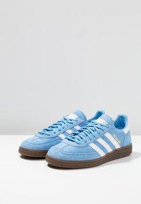 adidas Originals - HANDBALL SPEZIAL - Sneakers - ltblue/ftwwht/gum5 - 2