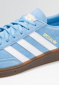 adidas Originals - HANDBALL SPEZIAL - Sneakers - ltblue/ftwwht/gum5 - 5