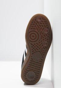 adidas Originals - HANDBALL SPEZIAL - Sneaker low - cblack/ftwwht/gum5 - 4