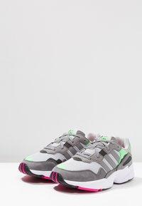 adidas Originals - YUNG-96 - Baskets basses - grey two/grey three/shock pink - 2