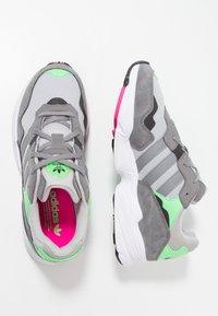 adidas Originals - YUNG-96 - Baskets basses - grey two/grey three/shock pink - 1