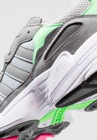 adidas Originals - YUNG-96 - Baskets basses - grey two/grey three/shock pink - 5