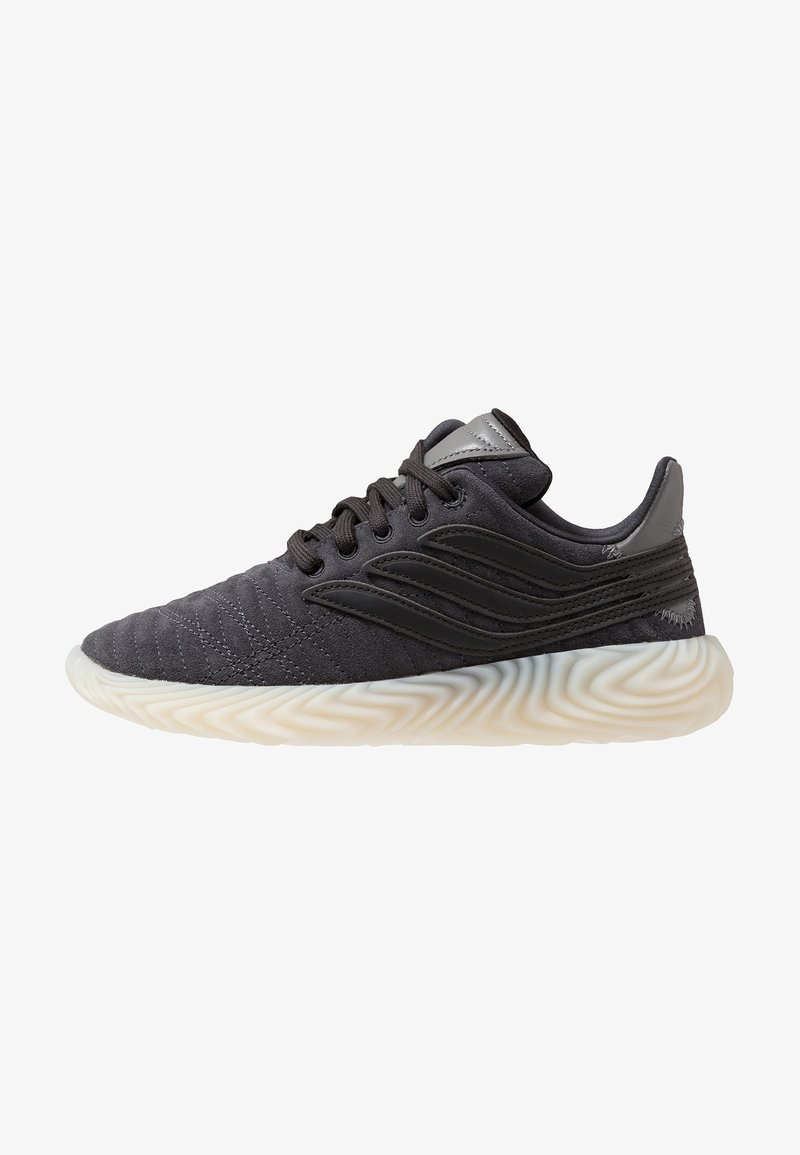 adidas Originals - SOBAKOV - Matalavartiset tennarit - carbon/core black/fottwear white