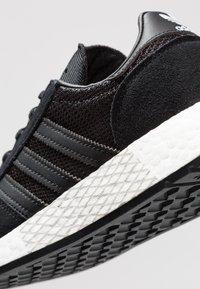 adidas Originals - MARATHON TECH - Sneaker low - core black/footwear white - 5
