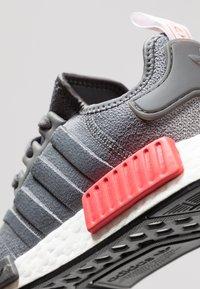adidas Originals - NMD_R1 - Matalavartiset tennarit - grey four/shock red - 5