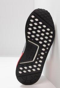 adidas Originals - NMD_R1 - Matalavartiset tennarit - grey four/shock red - 4