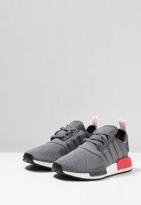 adidas Originals - NMD_R1 - Matalavartiset tennarit - grey four/shock red - 2