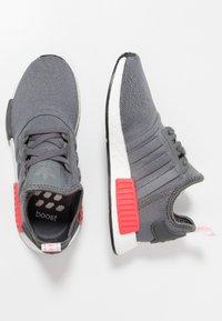 adidas Originals - NMD_R1 - Matalavartiset tennarit - grey four/shock red - 1