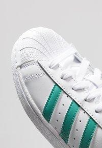 adidas Originals - SUPERSTAR - Sneaker low - footwear white/true green - 5