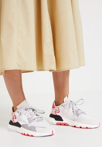 adidas Originals - NITE JOGGER BOOST RUNNING-STYLE SHOES - Baskets basses - footwear white/crystal white/shock red - 2