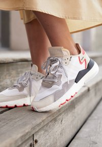 adidas Originals - NITE JOGGER BOOST RUNNING-STYLE SHOES - Baskets basses - footwear white/crystal white/shock red - 10