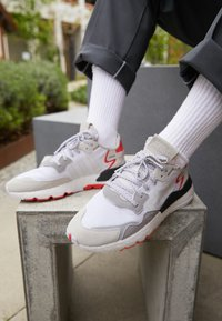 adidas Originals - NITE JOGGER BOOST RUNNING-STYLE SHOES - Baskets basses - footwear white/crystal white/shock red - 9