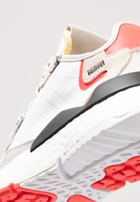 adidas Originals - NITE JOGGER BOOST RUNNING-STYLE SHOES - Baskets basses - footwear white/crystal white/shock red - 11