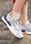 adidas Originals - NITE JOGGER - Zapatillas - grey two/solid grey/solar orange