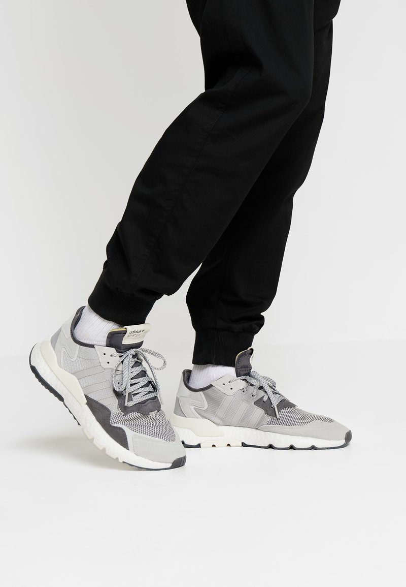 adidas Originals - NITE JOGGER - Zapatillas - grey five/grey one/grey two