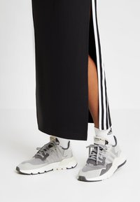adidas Originals - NITE JOGGER - Trainers - grey five/grey one/grey two - 2