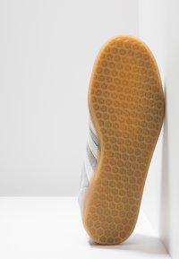 adidas Originals - GAZELLE - Sneakers laag - grey two/footwear white - 4