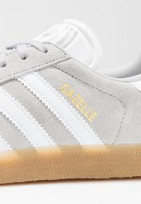 adidas Originals - GAZELLE - Sneakers laag - grey two/footwear white - 5