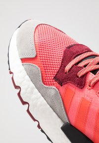 adidas Originals - NITE JOGGER - Sneakers laag - shock pink/shock red/grey two - 5
