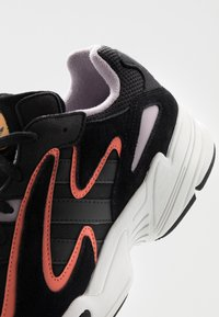 adidas Originals - YUNG-96 CHASM - Matalavartiset tennarit - core black/semi coral - 5
