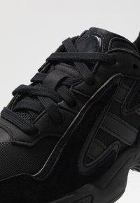 adidas Originals - YUNG-96 CHASM - Baskets basses - core black/carbon - 5