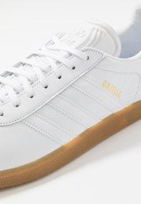 adidas Originals - GAZELLE - Trainers - footwear white - 5