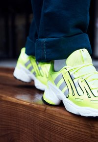 adidas Originals - EQT GAZELLE - Joggesko - solar yellow/silver metallic/core black - 7