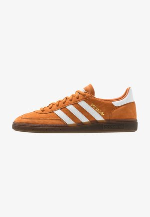 HANDBALL SPEZIAL STREETWEAR-STYLE SHOES - Baskets basses - tech copper/footwear white/gold metallic