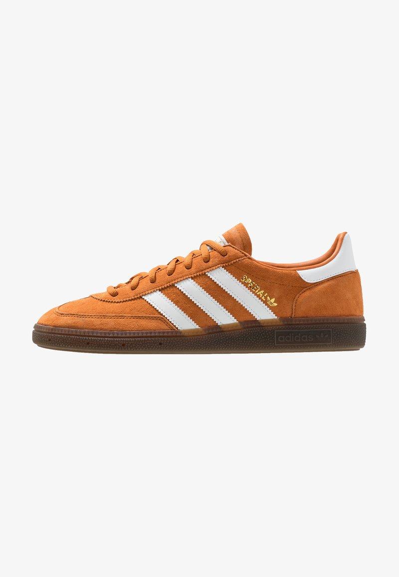 adidas Originals - HANDBALL SPEZIAL STREETWEAR-STYLE SHOES - Baskets basses - tech copper/footwear white/gold metallic