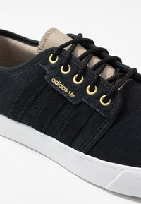 adidas Originals - SEELEY - Sneakers laag - core black/footwear white/trace khaki - 5