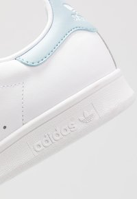 adidas Originals - STAN SMITH STREETWEAR-STYLE SHOES - Trainers - footwear white/ash grey - 5