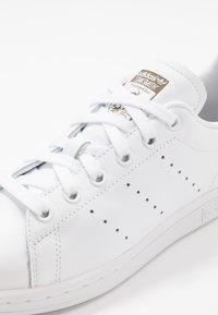 adidas Originals - STAN SMITH STREETWEAR-STYLE SHOES - Sneakers - footware white/trace cargo - 5