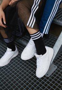 adidas Originals - SUPERCOURT - Sneakers basse - white/black - 6