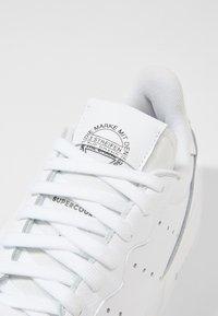 adidas Originals - SUPERCOURT - Sneakers basse - white/black - 7