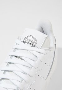 adidas Originals - SUPERCOURT - Sneaker low - ftwwht/ftwwht/cblack - 5