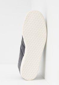 adidas Originals - GAZELLE - Sneakers - grey five/white - 4