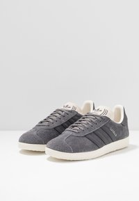 adidas Originals - GAZELLE - Sneakers - grey five/white - 2